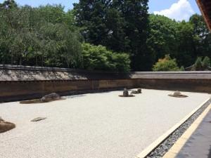 天気が良すぎて眩しいくらいだった龍安寺の枯山水の石庭。